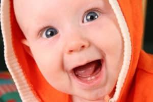 Как помочь ребенку при прорезывании зубов