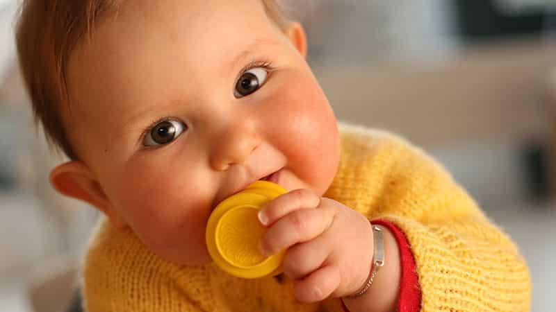 В каком возрасте режутся первые зубки
