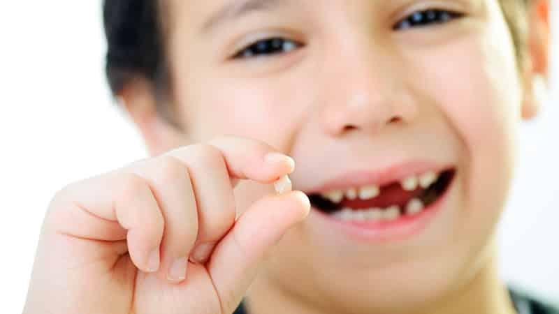 в каком возрасте меняются молочные зубы у детей на постоянные