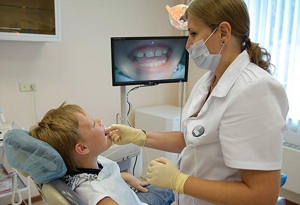 почему ломит ноет болит челюсть справа слева при открывании рта причины что делать,