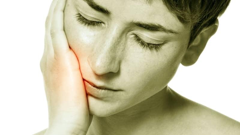 почему болит зуб при надавливании и шатается после лечения