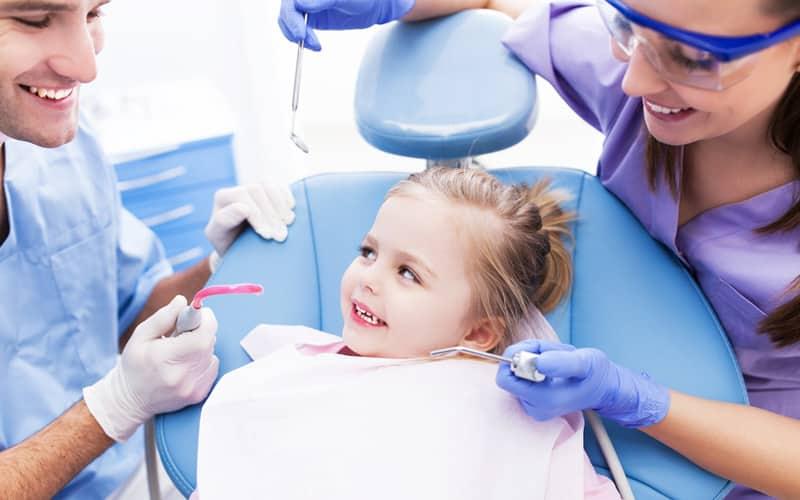 почернели молочные зубы у ребенка