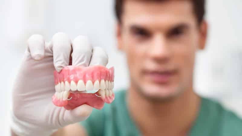 где можно бесплатно вставить зубы