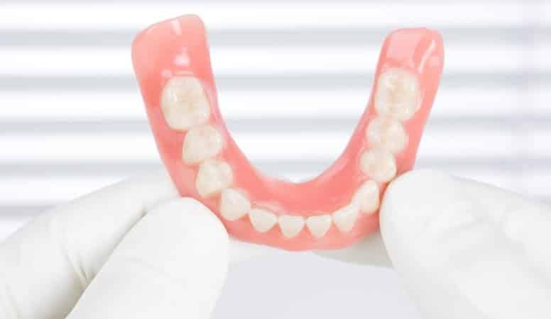 чем отбелить зубные протезы из пластмассы в домашних условиях