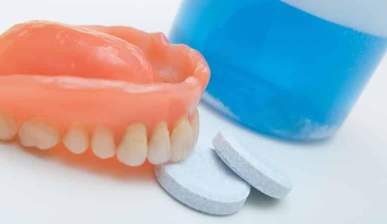 уход за съемными зубными протезами из пластмассы