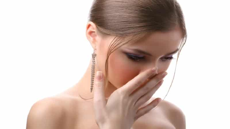 устранить запах лука изо рта