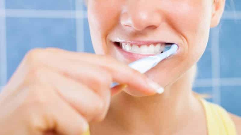 почему на зубах быстро образуется налет с внутренней стороны