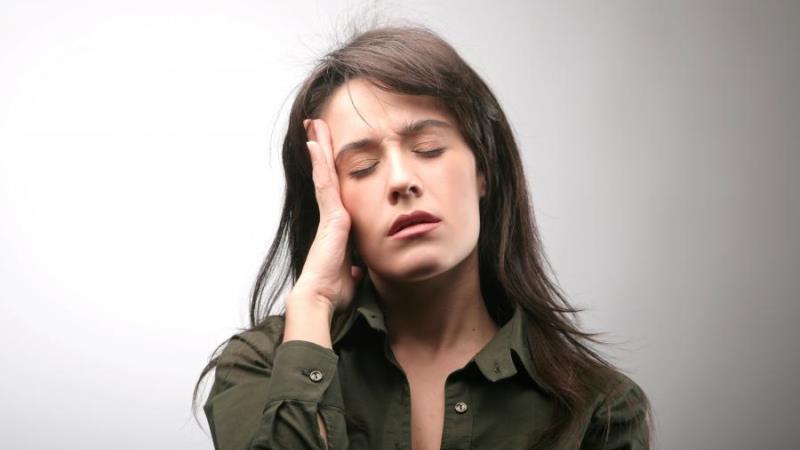 почему болит челюсті возле уха