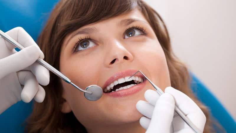 Имплантация зубов при месячных можно ли