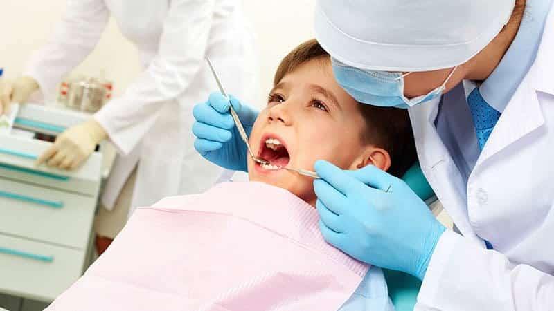 у ребенка шатается молочный зуб что делать
